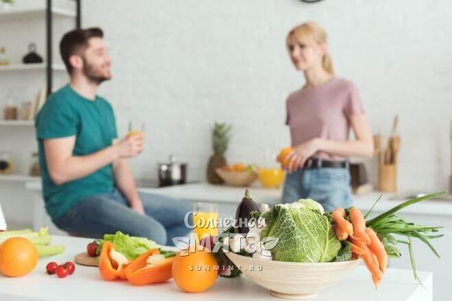 Пара веганов беседует на кухне, фото