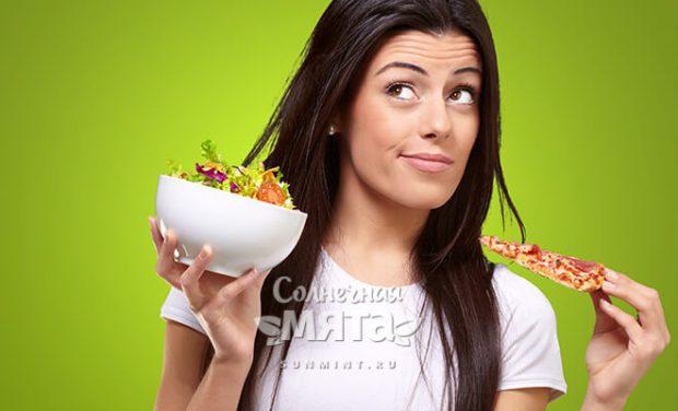 Девушка решает, что съесть, салат или пиццу, фото