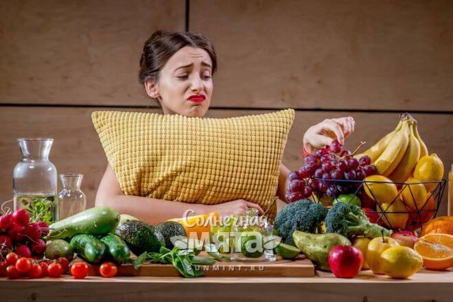 Девушка на диете грустит, фото
