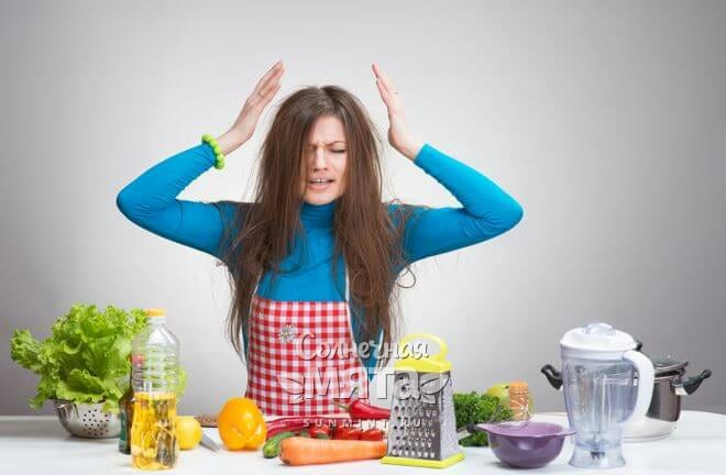 Раздраженная девушка на кухне хватается за голову, фото