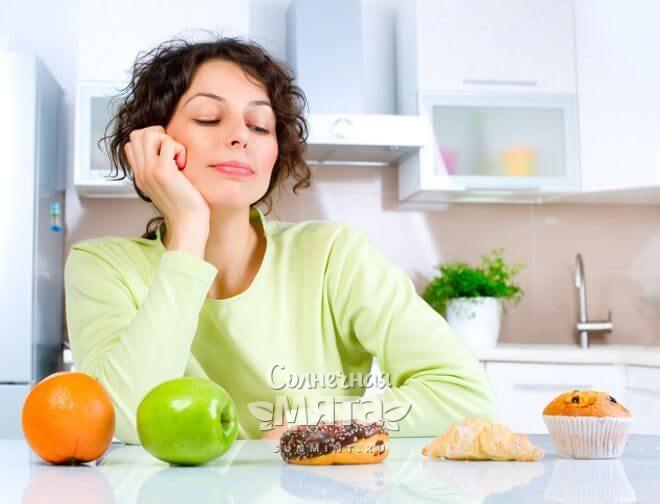 Женщина решает, что ей съесть, фото