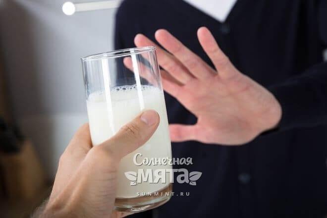 Девушка отказывается пить молоко, фото
