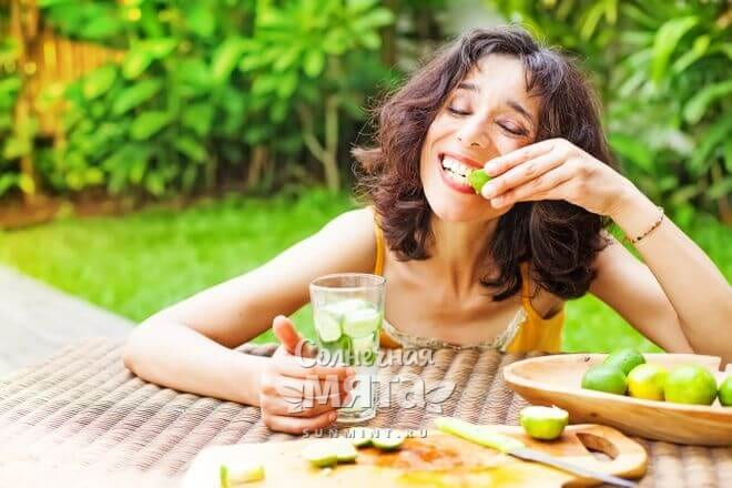 Девушка наслаждается лаймом и мохито, фото