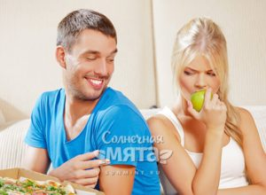 Парень насмехается над своей девушкой-вегетарианкой, фото