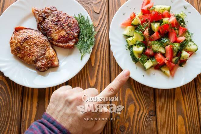 Мужчина выбирает свежий салат вместо бифштекса, фото