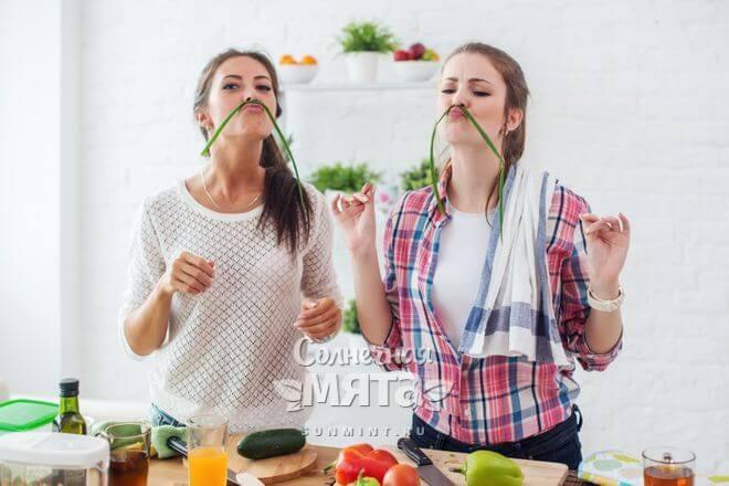 Две девушки-вегетарианки веселятся на кухне с едой, фото