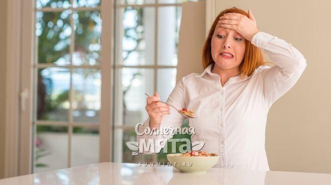 Женщина с ложкой каши осознает, что она ест, фото