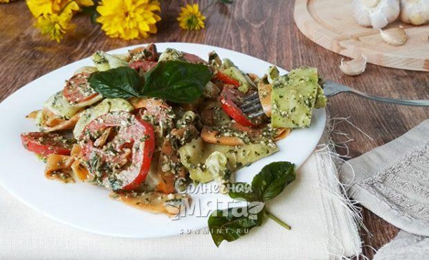 Сыроедческий салат из кабачков под соусом а-ля «песто»