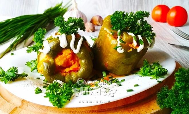 Вегетарианские фаршированные перцы в сочной подливе