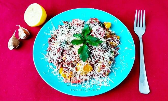 Ароматная вегетарианская паэлья из красного риса с овощами и сыром