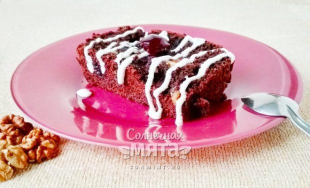 Счастливый шоколадный кекс без яиц с грецкими орехами и сочной вишней