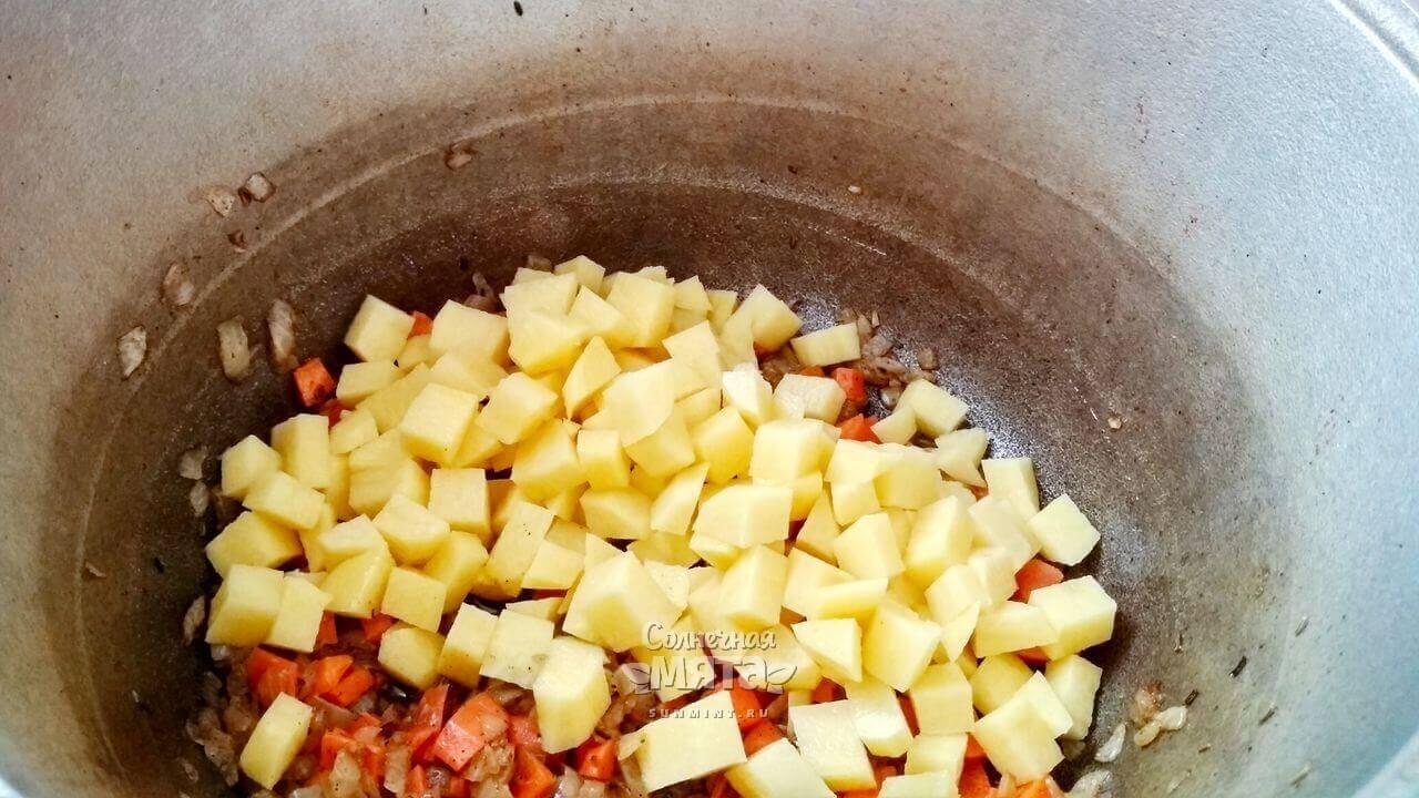 Отправляем картофель к луку и моркови