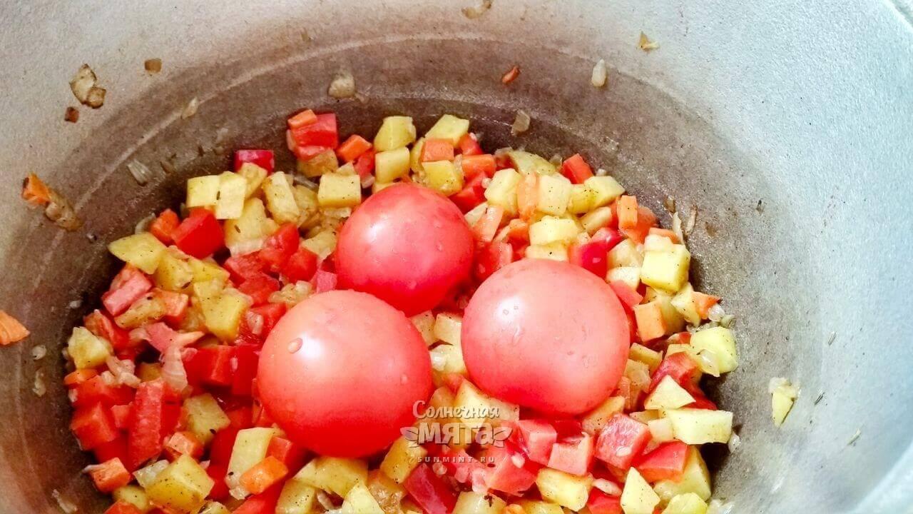 На овощи выкладываем помидоры