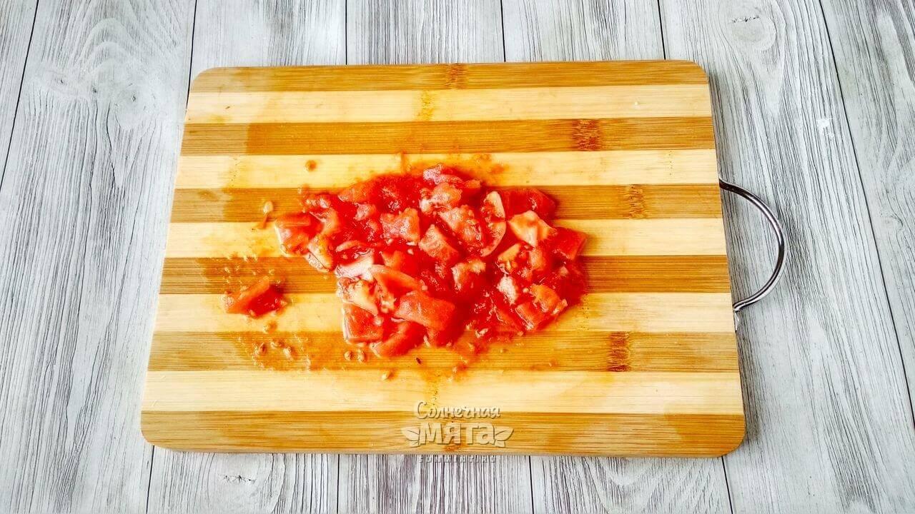 Снимаем с помидоров кожицу и нарезаем мякоть кубиком