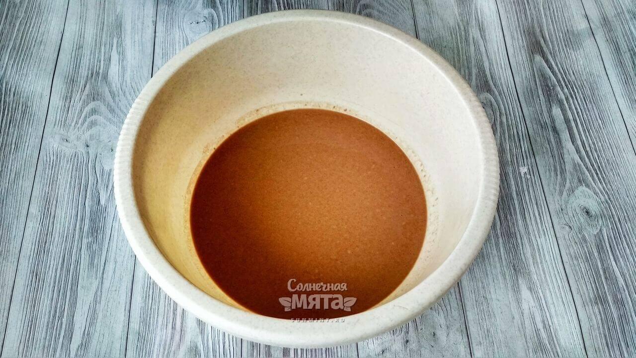 К сухим ингредиентам добавляем минералку, масло и соду
