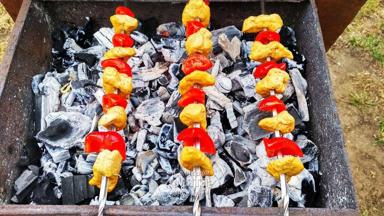 Насаживаем шашлык на шампура для приготовления на костре