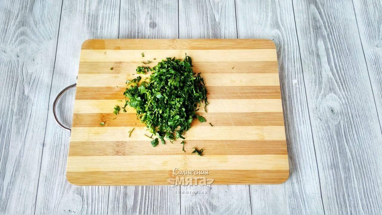 Нарезаем зелень для соуса